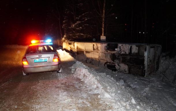 В России перевернулся автобус с туристами:12 пострадавших