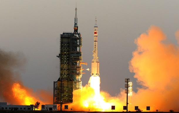 Китай запустил в космос три спутника