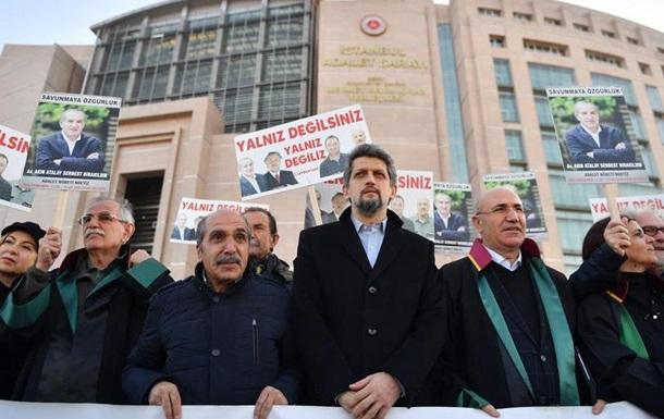 Чотирьох співробітників турецької газети Cumhuriyet залишили за ґратами