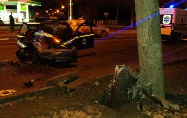 В Харькове машина военной службы правопорядка врезалась в столб