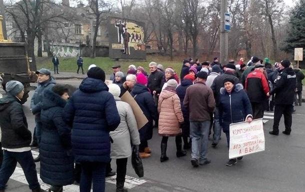 В Николаеве работники завода второй день перекрывают дорогу