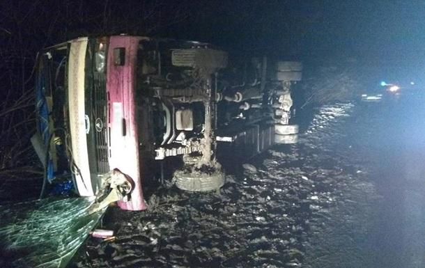 В Киевской области перевернулся автобус: 13 пострадавших