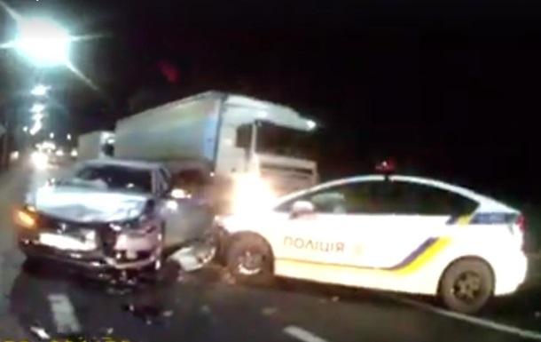 На трасі Київ-Чоп водій врізався в патрульний автомобіль