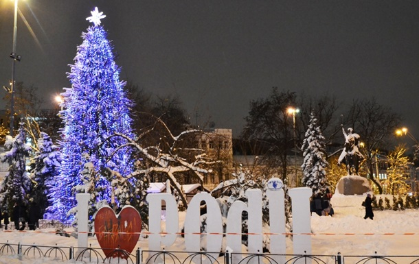 Как выглядят елки в разных районах Киева