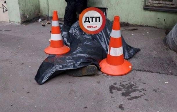 У Києві у дворі будинку знайшли мертвого чоловіка