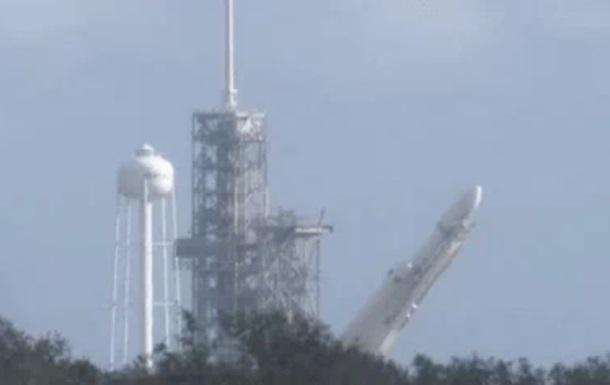 Встановлення Falcon Heavy на стартовий стіл зняли на відео