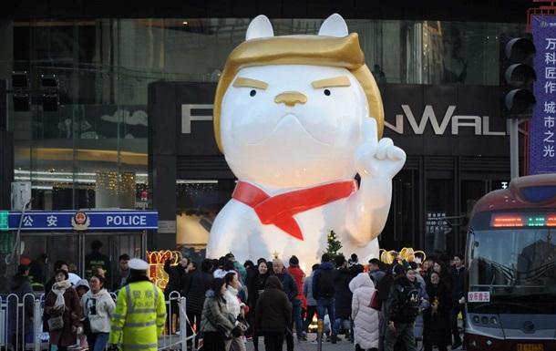 В китайском торговом центре поставили статую собаки, похожей на Трампа