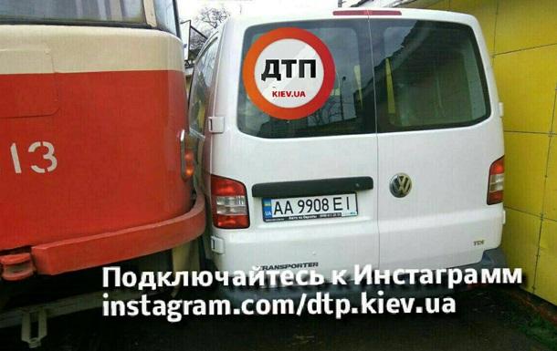 В Киеве припаркованное авто заблокировало движение трамваев