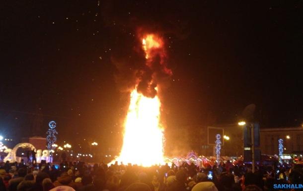 В Южно-Сахалинске сгорела главная елка города