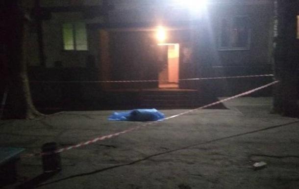 В Запорожье выпрыгнувший из окна мужчина убил стоявшего возле дома ребенка