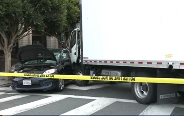В Сан-Франциско грузовик сбил пешеходов и протаранил легковое авто