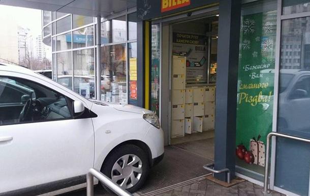 У Києві  герой парковки  заблокував вхід у магазин