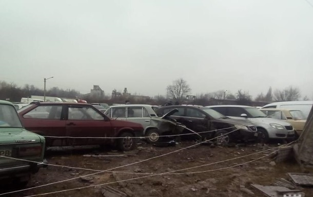 У Рівному Mercedes пошкодив 20 авто на стоянці