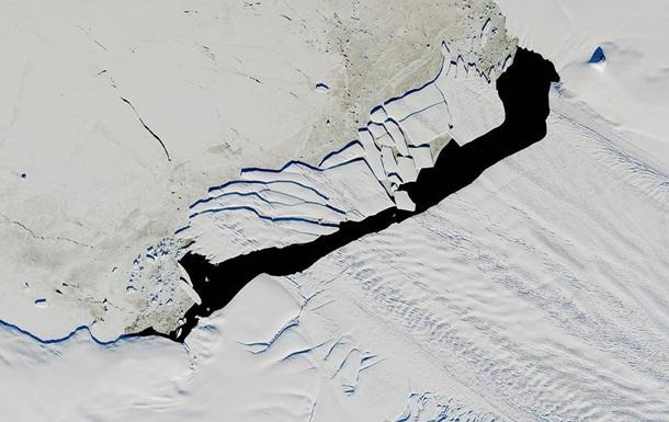 NASA показало фото гігантського розколотого айсберга