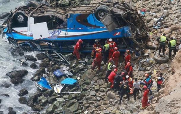 Автобус упав у прірву в Перу: загинули понад 20 людей