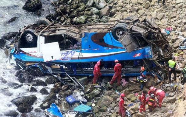 Жертвами падіння автобуса в прірву у Перу стали 36 осіб