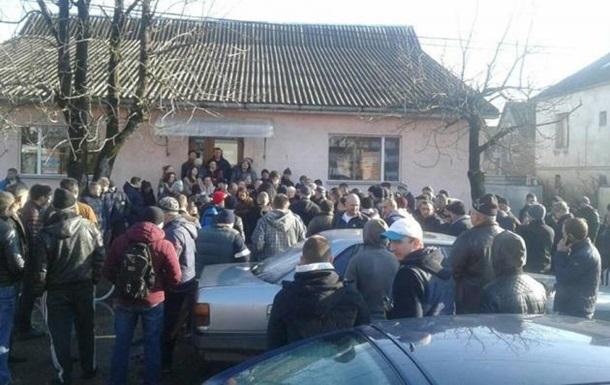 На Закарпатті сотні людей мітингують через погані дороги