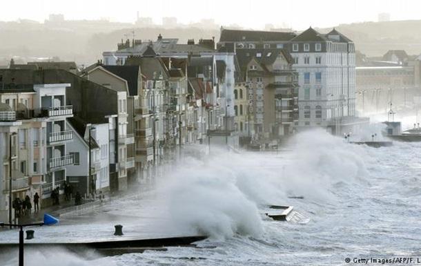 Негода у Європі: численні пошкодження інфраструктури, один загиблий
