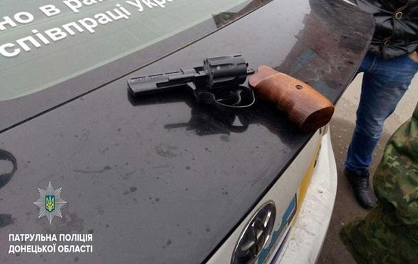 В Мариуполе женщина стреляла по окнам жилого дома