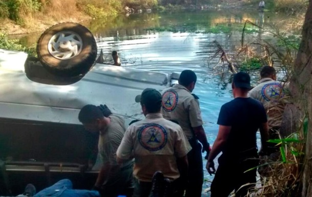 В Мексике микроавтобус слетел с моста в водоем