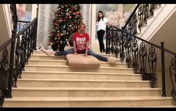 Анастасія Волочкова на шпагаті з їхала зі сходів