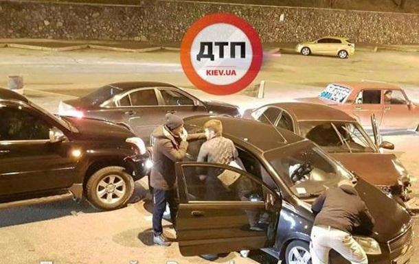 У Києві водій Audi не увійшов у поворот і розбив дві машини