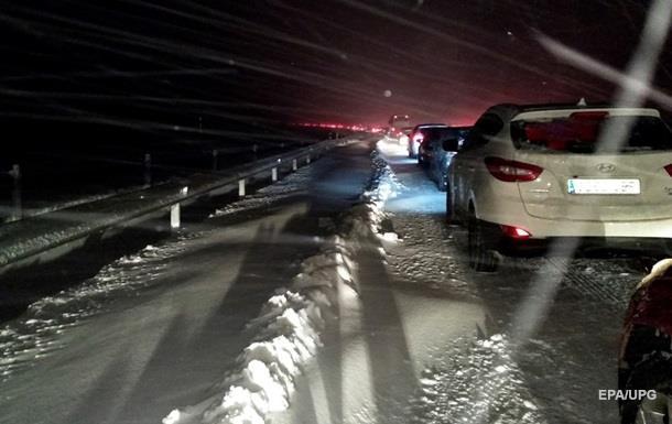 Снегопады заблокировали тысячи авто на дорогах Испании