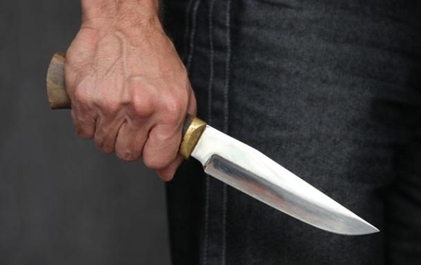 Киевлянин получил ножевое ранение на остановке