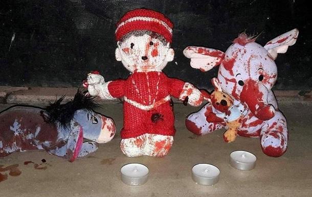 Під храмами УПЦ МП залишають закривавлені іграшки