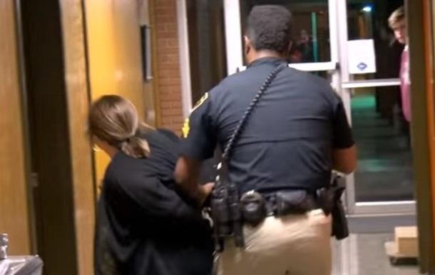 У США заарештували вчителя після скарги на зарплату