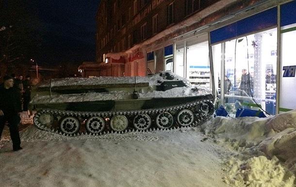 В России пьяный угнал БТР и въехал в магазин
