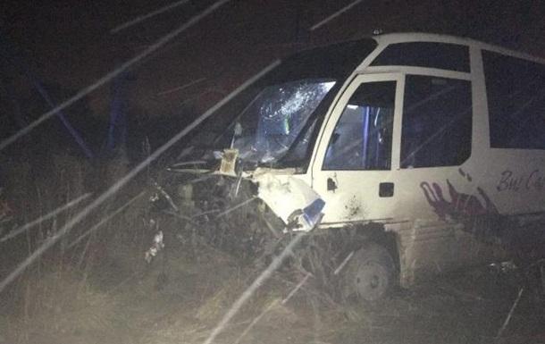 Під Луцьком авто врізалося в автобус, є жертви