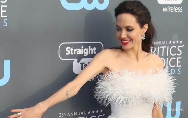 Джолі здивувала розкішним образом гостей кінопремії