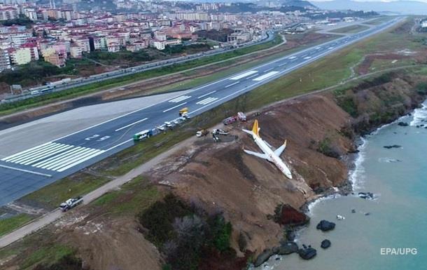 В Турции самолет едва не съехал со склона в море
