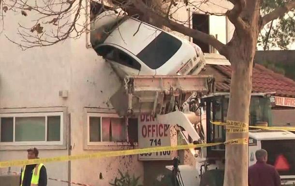 У США автомобіль в їхав у другий поверх клініки