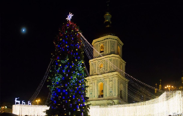 У Києві розбирають головну ялинку країни