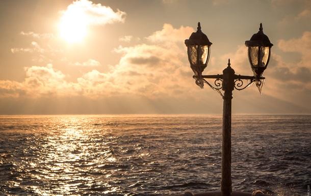 Пляж в Одесі перетворився на  крижану скульптуру