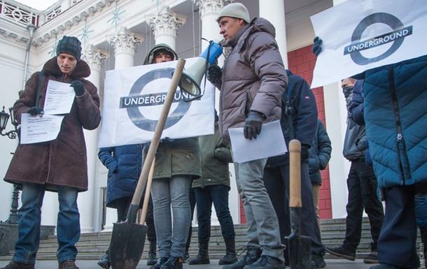 Одесити з лопатами влаштували акцію протесту під мерією