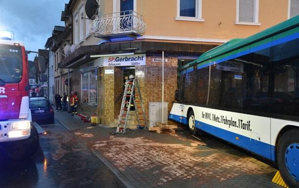 У Німеччині автобус зі школярами врізався в стіну житлового будинку