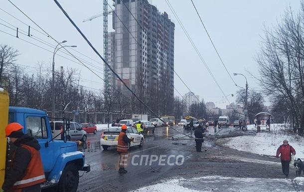 В Киеве BMW снес столб и остановил троллейбусы