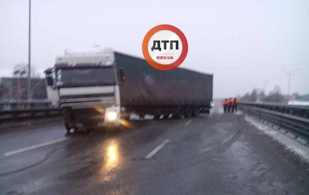 В Киеве из-за ДТП с фурой стоит Столичное шоссе