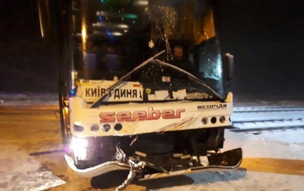 На Волині рейсовий автобус застряг на залізничних коліях