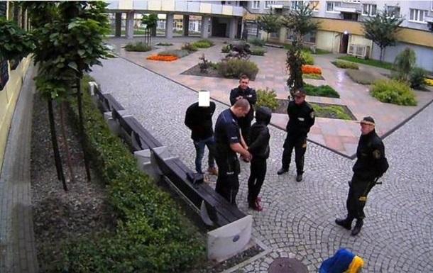 В Польше суд оштрафовал трех человек, которые вытерли ноги о флаг Украины