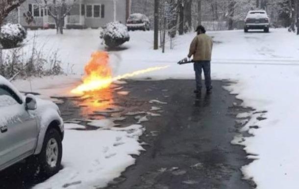 Американець почистив дорогу від снігу вогнеметом