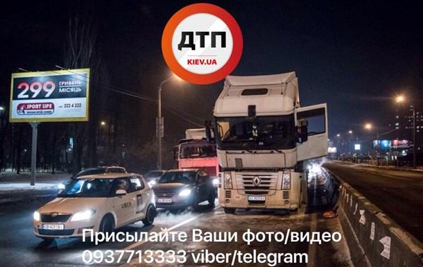 У Києві на ходу загорілася фура