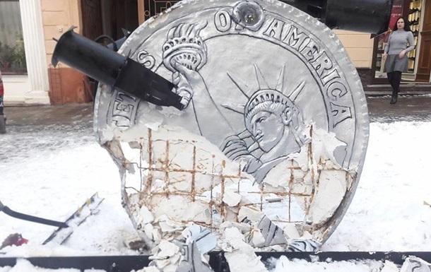 У Чернівцях вантажівка зруйнувала пам ятник невідомому корупціонеру