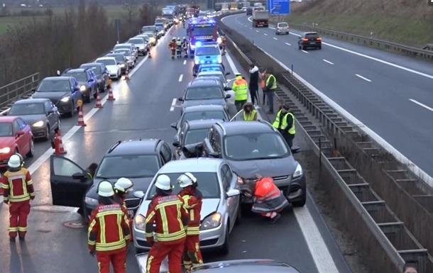 У Німеччині на автобані зіткнулися 17 авто: постраждали 18 людей