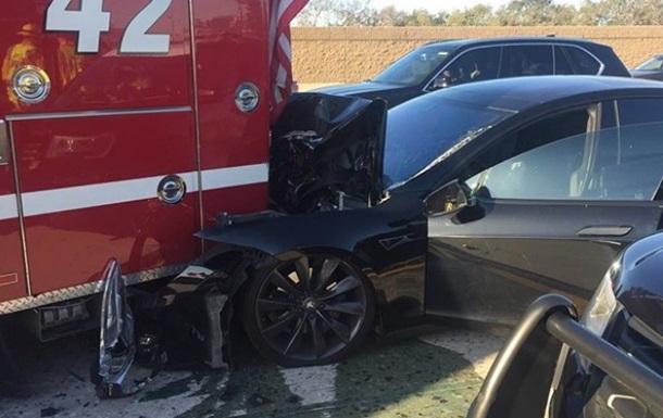 Tesla на автопілоті протаранила авто пожежників