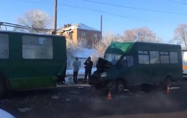 У Чернігові маршрутка врізалася в тролейбус: 12 постраждалих