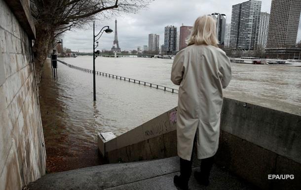 Наводнение в Париже усиливается: вода поднялась выше пяти метров